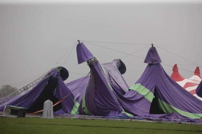 De tent bij Rebirth is compleet ingestort.