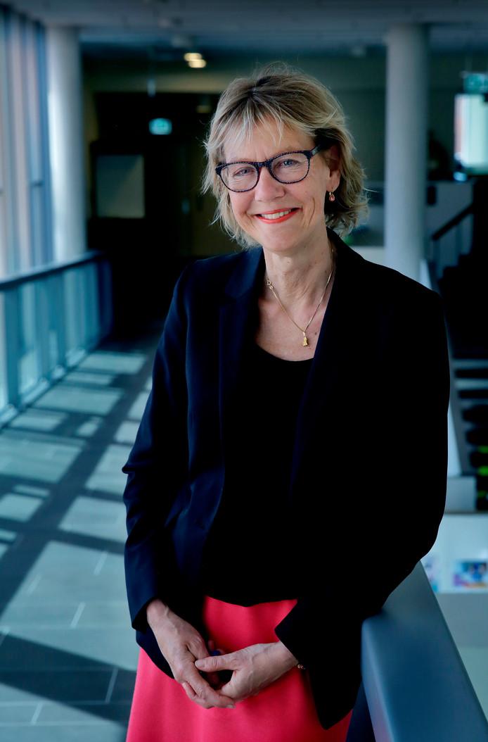 Jolanda de Witte bij het gemeentehuis van Zwijndrecht, waar ze de afgelopen vijf jaar wethouder was.