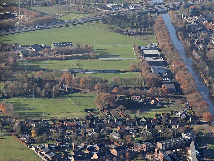 Sportpark Moorland in Oirschot, met rechts het Wilhelminakanaal. Foto december 2015.
