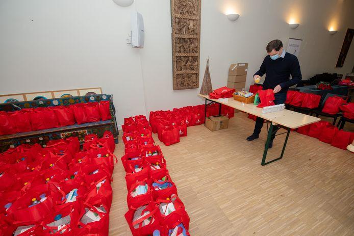 Premier Alexander De Croo (Open Vld) bracht een bezoek aan de daklozenhulp van de katholieke lekengemeenschap Sant'Egidio en kreeg er de zo coronaproof mogelijk gemaakte werking te zien.