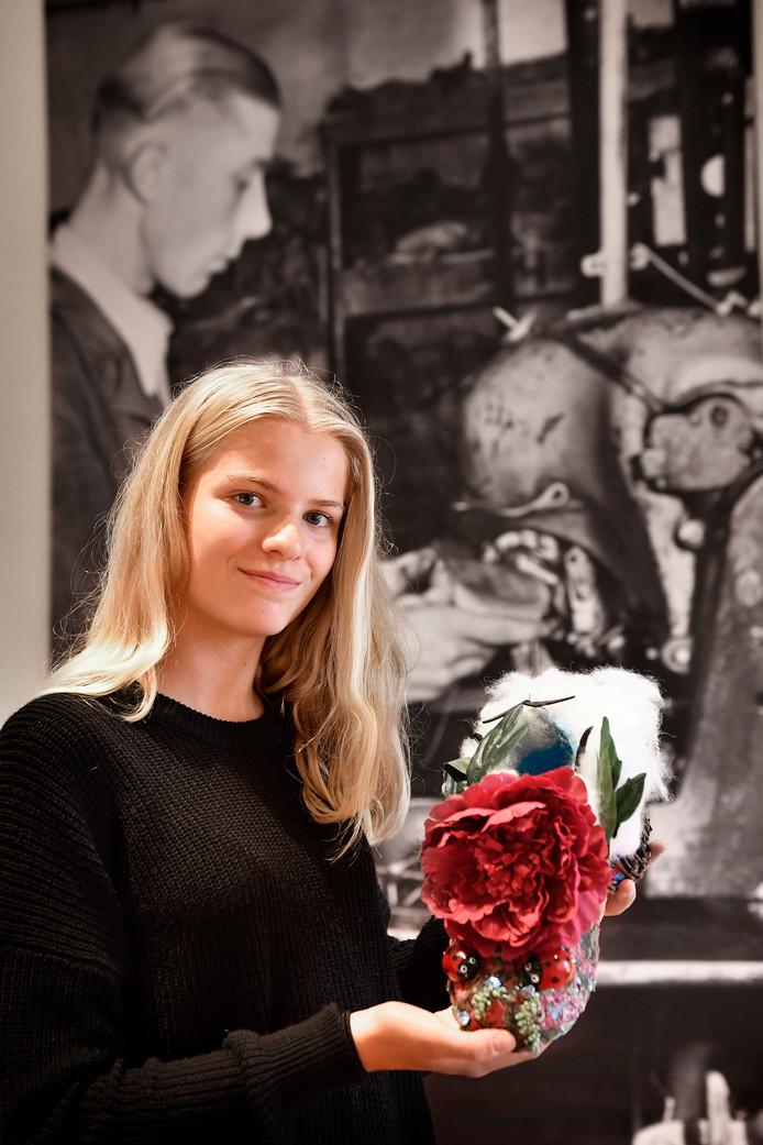 Nijmeegese Lonne Raijmakers (14) met haar winnend ontwerp.  Foto Bert Beelen