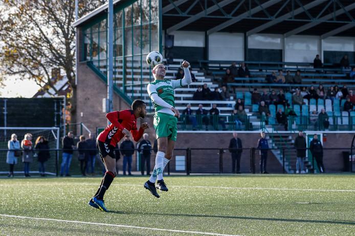 Jorik Mijnhijmer komt centimeters te kort om de bal te kunnen koppen.