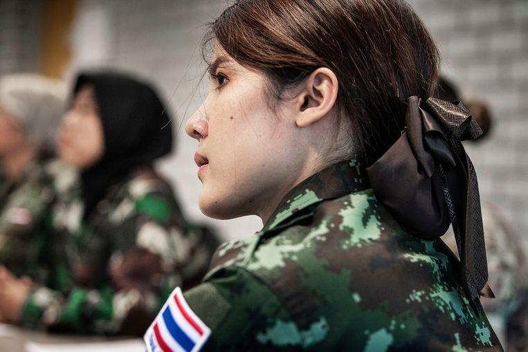 Napas uit Thailand luistert aandachtig tijdens het VN programma.  Beeld Guus Dubbelman / de Volkskrant