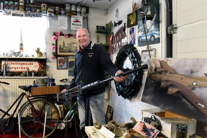 Wout Verweij verzamelt in z'n schuur diverse spullen uit de bommenwerper. Het .50 mitrailleur heeft hij zelf nagemaakt.