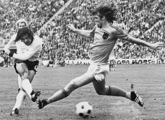 Gerd Müller scoort, Ruud Krol is te laat.