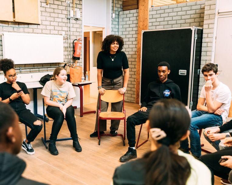 Op de Open Scholengemeenschap Bijlmer (OSB) in Amsterdam-Zuidoost zitten leerlingen de eerste twee jaar samen met leeftijdsgenoten van alle niveaus en achtergronden bij elkaar in de klas. Beeld Rebecca Fertinel