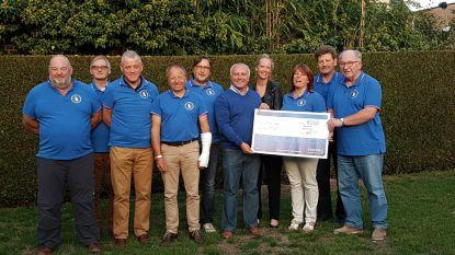 Fred De Bruynevrienden overhandigen cheque van 1000 euro aan OCMW