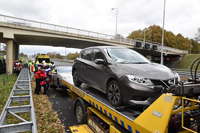 Een verkeersbord waaide om op de A58. In één van de auto's zat Sinterklaas met enkele pieten.