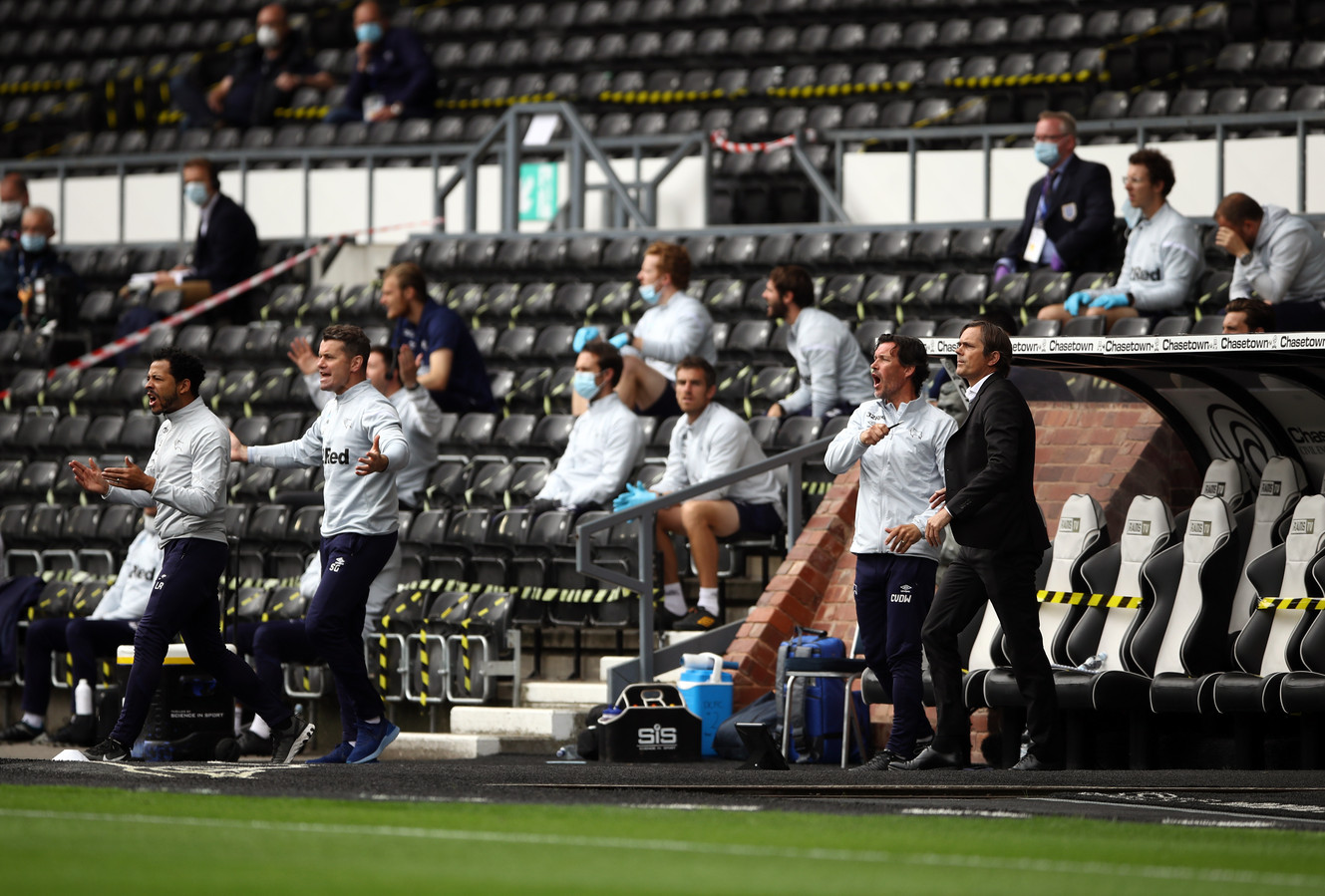 Cocu en zijn staf druk coachend in het lege Pride Park Stadium van Derby County.
