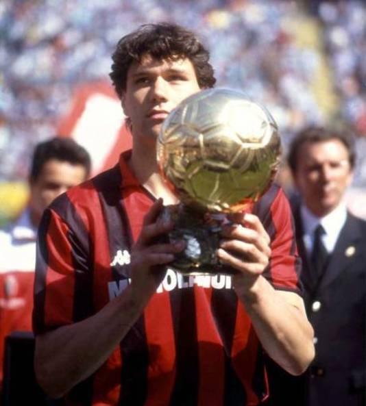 Marco van Basten laat zijn Ballon d'Or zien aan de supporters van AC Milan.