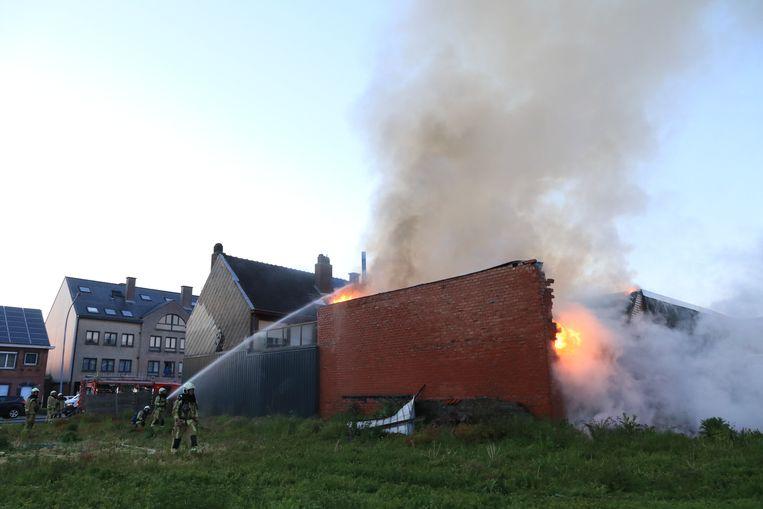 Het vuur woedde in een magazijn, een voormalige schrijnwerkerij, aan de achterzijde van de woning.