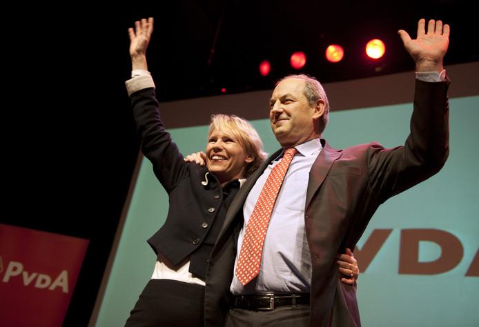 Lijstrekker Marleen Barth en fractievoorzitter Job Cohen op het podium tijdens de verkiezingsavond van de PVDA in het Paard van Troje.