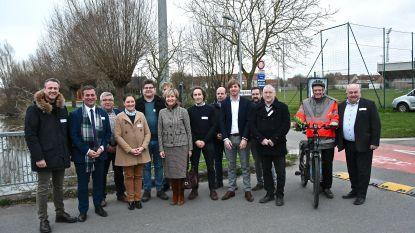 Zonnepanelen op dak Expo Roeselare leveren stroom aan verlichting langs fietspad aan Mandel