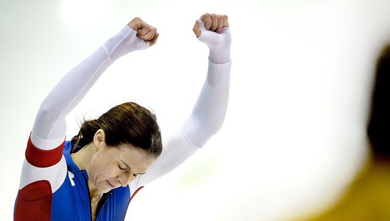De Amerikaanse Brittany Bowe viert de winst op de 1.000 meter vrijdag in Thialf. Beeld Klaas Jan van der Weij