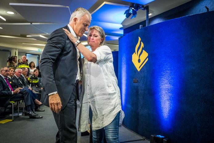 Peter R. de Vries met moeder Berthie Verstappen na de persconferentie over de doorbraak in het onderzoek naar de dood van Nicky Verstappen