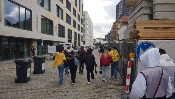 Jongeren verlaten donderdagnamiddag de school aan het secretariaat waar de aanval plaats vond.