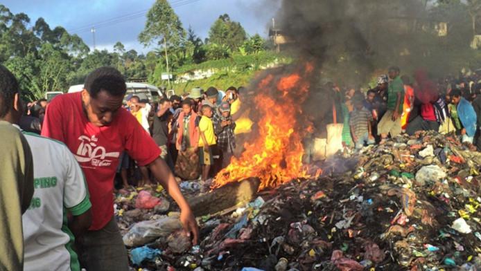 De brandstapel waarop de jonge moeder in brand werd gezet.