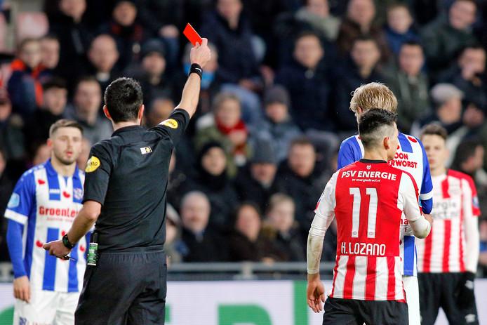 Lozano ontvangt de rode kaart in een thuiswedstrijd tegen sc Heerenveen.
