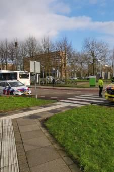 Lijnbus botst op fietsster pal voor ziekenhuis in Ede