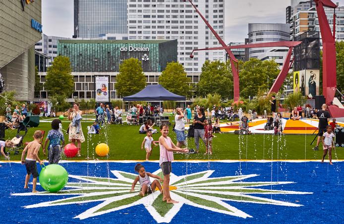Het Flying Grass Carpet dat momenteel op het Schouwburgplein ligt, gaat in oktober weg.