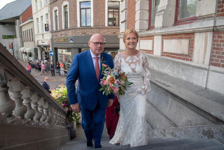 De burgemeester met zijn dochter Eline op de trappen van de gemeentehuis.