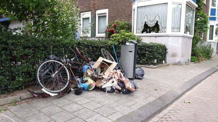 De prullenbakken en afvalzakken op straat puilen uit.