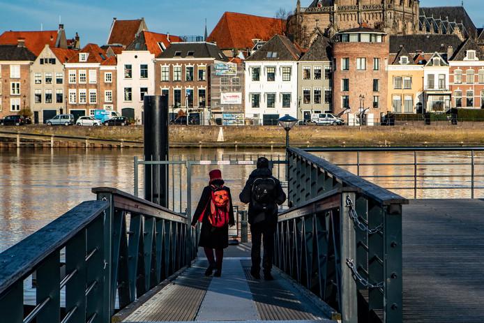 De loopbrug naar de veerpont in de IJssel aan de kant van de Worp is spekglad. Eind vorig jaar is José Boom daarop onderuit gegaan en heeft er forse verwondingen aan overgehouden. Een oplossing is echter niet in de maak.
