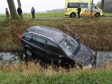 Auto belandt in sloot in Stevensbeek: chauffeur gewond naar ziekenhuis