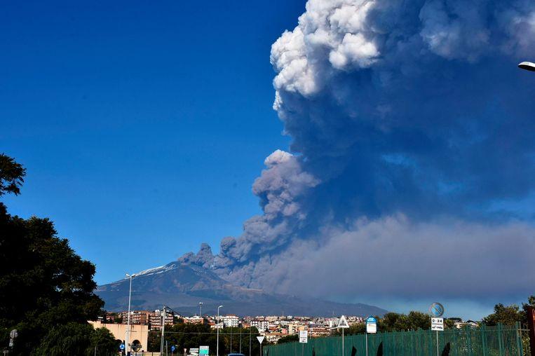 Er is een bijzonder hoge seismische activiteit geregistreerd van de Etna. Lava en assen worden uitgespuwd.