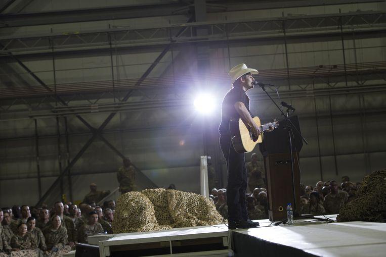 Countryzanger Brad Paisley tijdens een optreden voor de Amerikaanse troepen in Afghanistan.