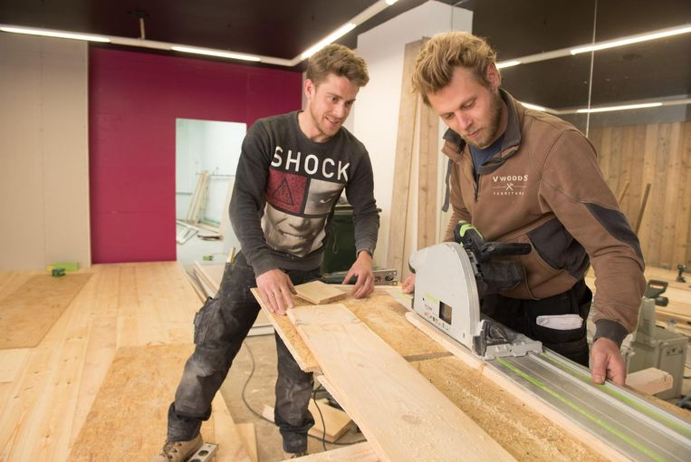Jeroen Van Geen en Sébastien Verschueren timmeren en schaven nog wat aan hun Wood Bar.