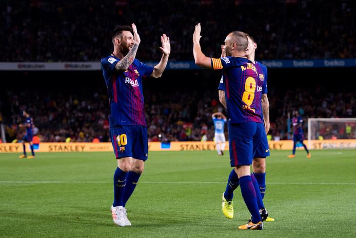 Lionel Messi en Andrés Iniesta zijn blij.