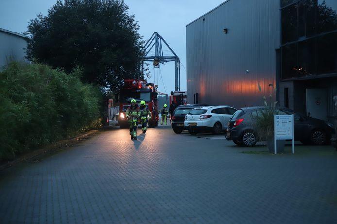 De brandweer bij het bedrijf in Niftrik.