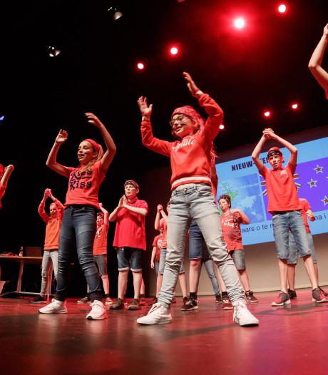 Leerlingen De Toverlaars in Etten-Leur dansen de wereld rond