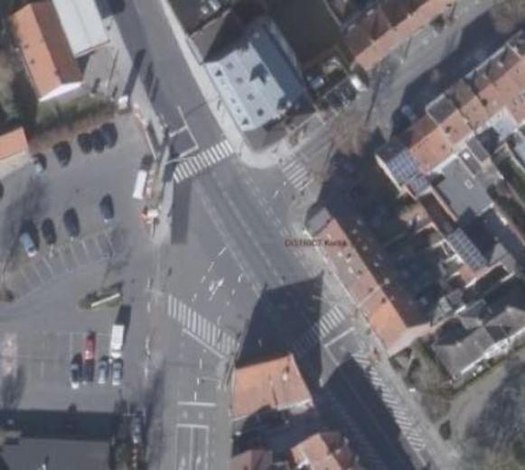 Een luchtfoto van het kruispunt, waarop je de nieuwe markeringen ziet