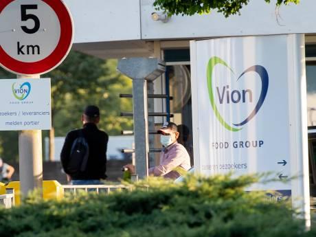 Personeel Vion Apeldoorn arriveert met mondkapjes op en in touringcarbussen