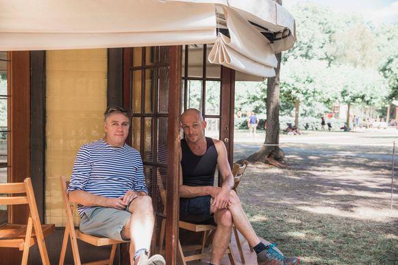 Ief Gillis en Dieter Raphaël Missiaen bij de speciale constructie in de vorm van een vijfhoek.