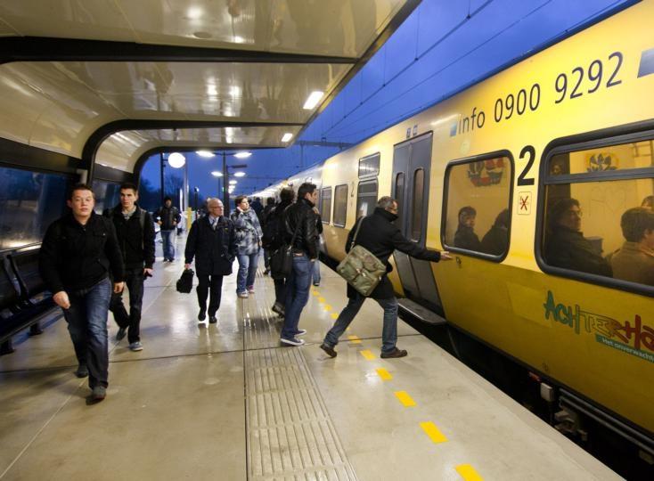 Reizigers op het nieuwe station Westervoort. Foto: Henk Rodrigo