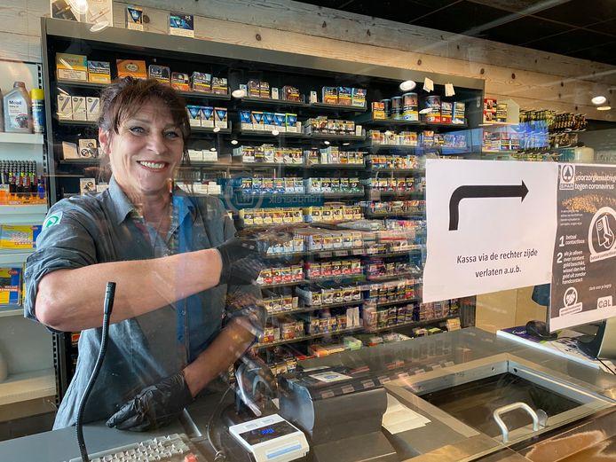 Esso-medewerkster Suzanne staat nog altijd achter plexiglas, maar er komen weer mensen!