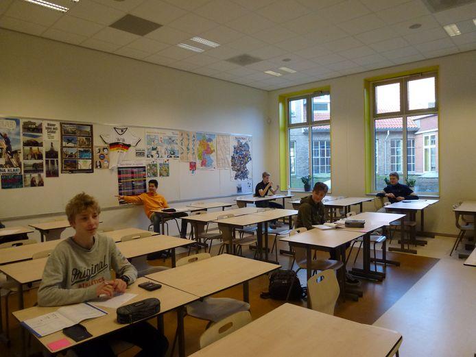 Schoolexamens in corona-stijl op het Canisius College in Nijmegen: met maar een paar man in de klas, op geruime afstand van elkaar.