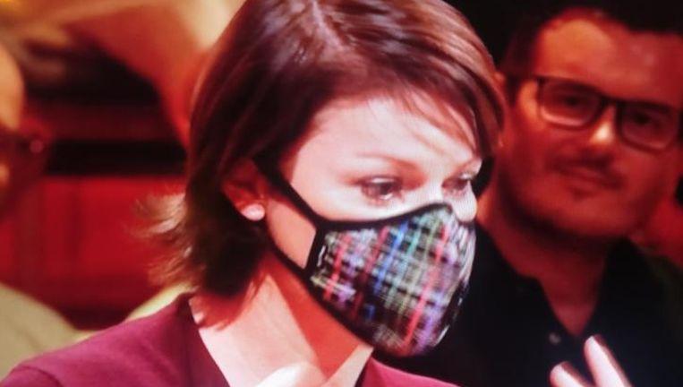 Jill Peeters met haar mondmasker, vanavond tijdens de talkshow Van Gils & Gasten.