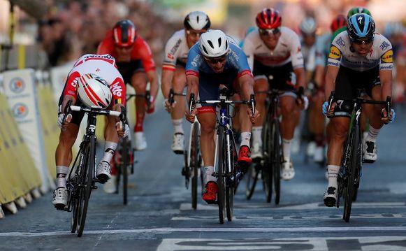 Caleb Ewan sprint naar de overwinning.