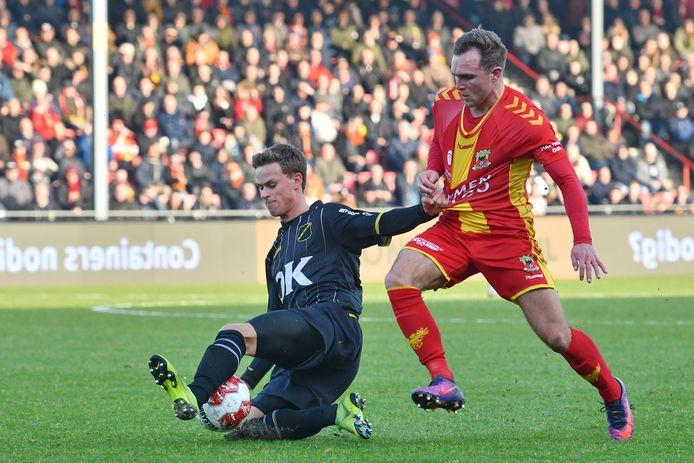 Robin Schouten van NAC in duel met Martijn Berden (Go Ahead Eagles), vorig seizoen