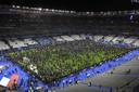 Toeschouwers betreden de grasmat van het Stade de France. Er was slechts één uitgang open.