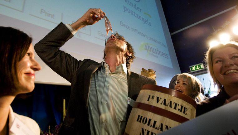 De haringen kwamen in het bezit van een aantal jonge ondernemers uit Harderwijk. Foto ANP Beeld