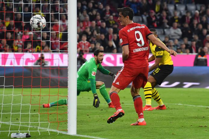 Robert Lewandowski scoort tegen Borussia Dortmund in de klassieker die vorig seizoen met 5-0 werd gewonnen door Bayern.
