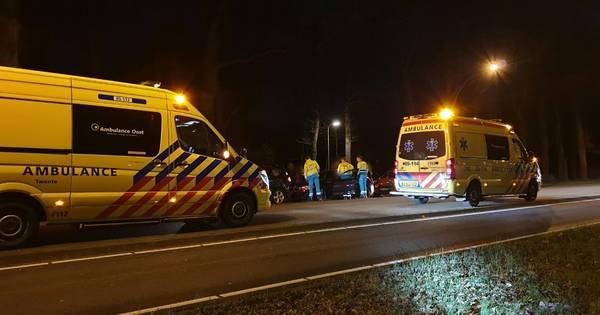 Twee bestuurders gewond door ongeluk in Enschede: lange file op Gronausestraat.