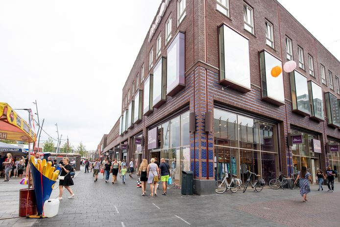Het grote winkelpand van Miss Etam op de hoek van het Van Heekplein en de dagmarkt.