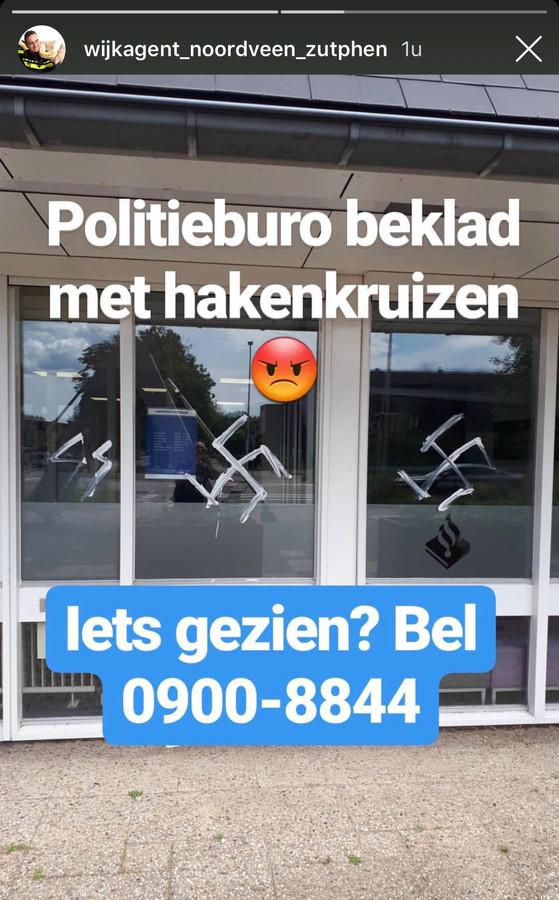 Hakenkruizen en het teken van de SS zijn gekalkt op ruiten van het Zutphense politiebureau.