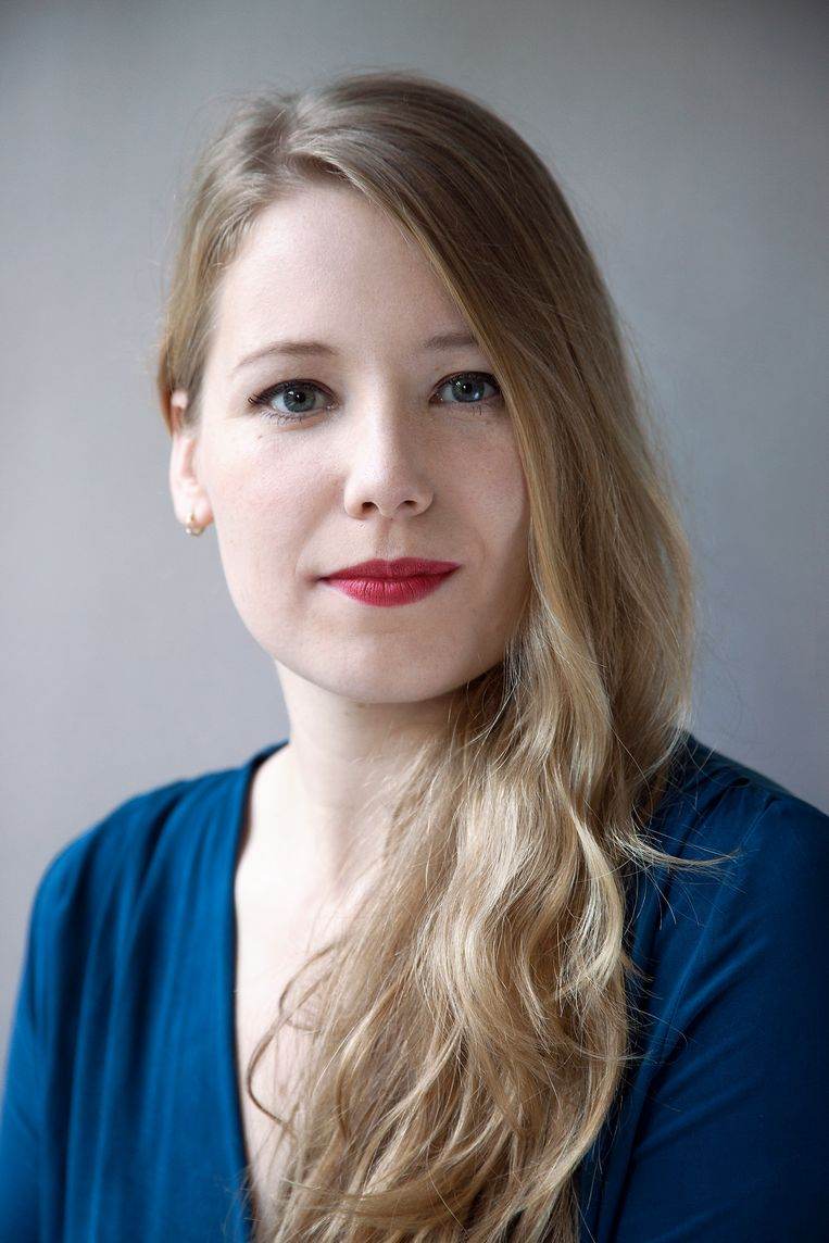 Rianne Oosterom (1992) is historicus en journalist. Ze schrijft voor Trouw over psychiatrie en zorg. Tevens is ze auteur van het boek 'Moffenmeiden' (2019). Onlangs is ze bevallen van dochter Elly. Beeld Hester Doove